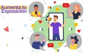 Un joven meagfono en mano expone su contenido en redes sociales a través de un telefono inteligente